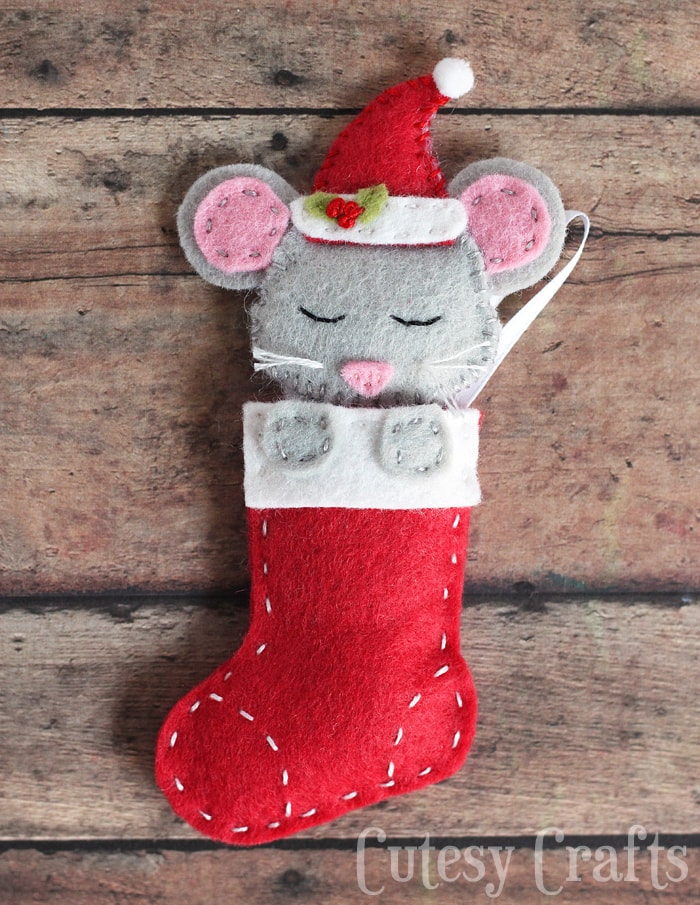 Felt mouse Christmas ornaments with a free pattern!