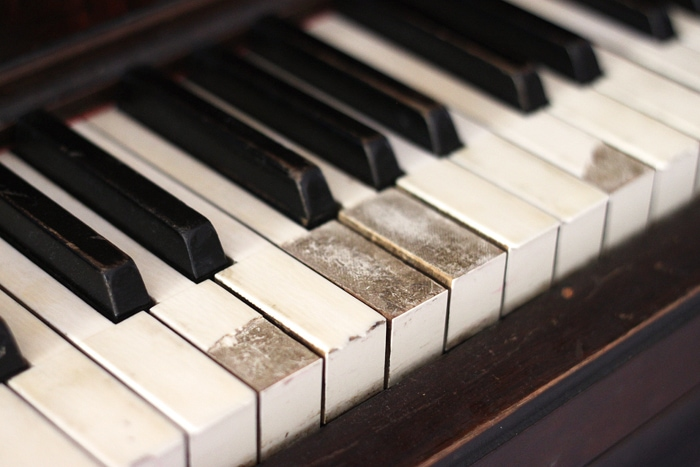 piano-makeover-broken-keys