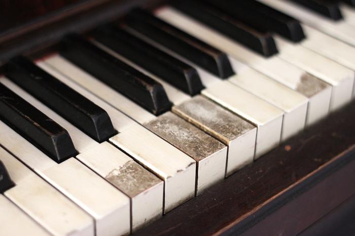piano-makeover-broken-keys